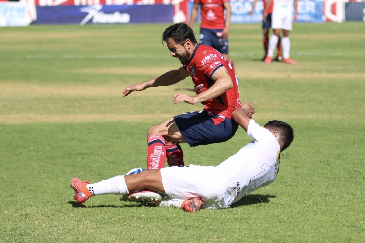 César Ibañez luchando por el esférico.