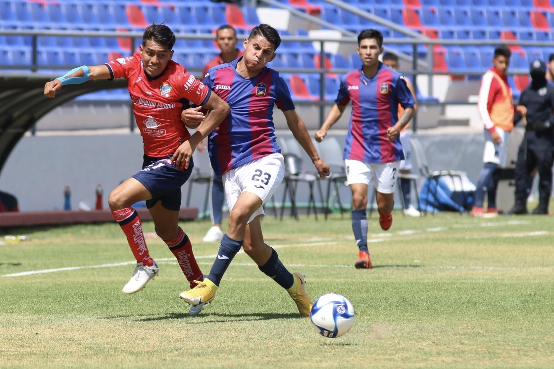 Pablo Domínguez disputando el esférico por la banda izquierda.