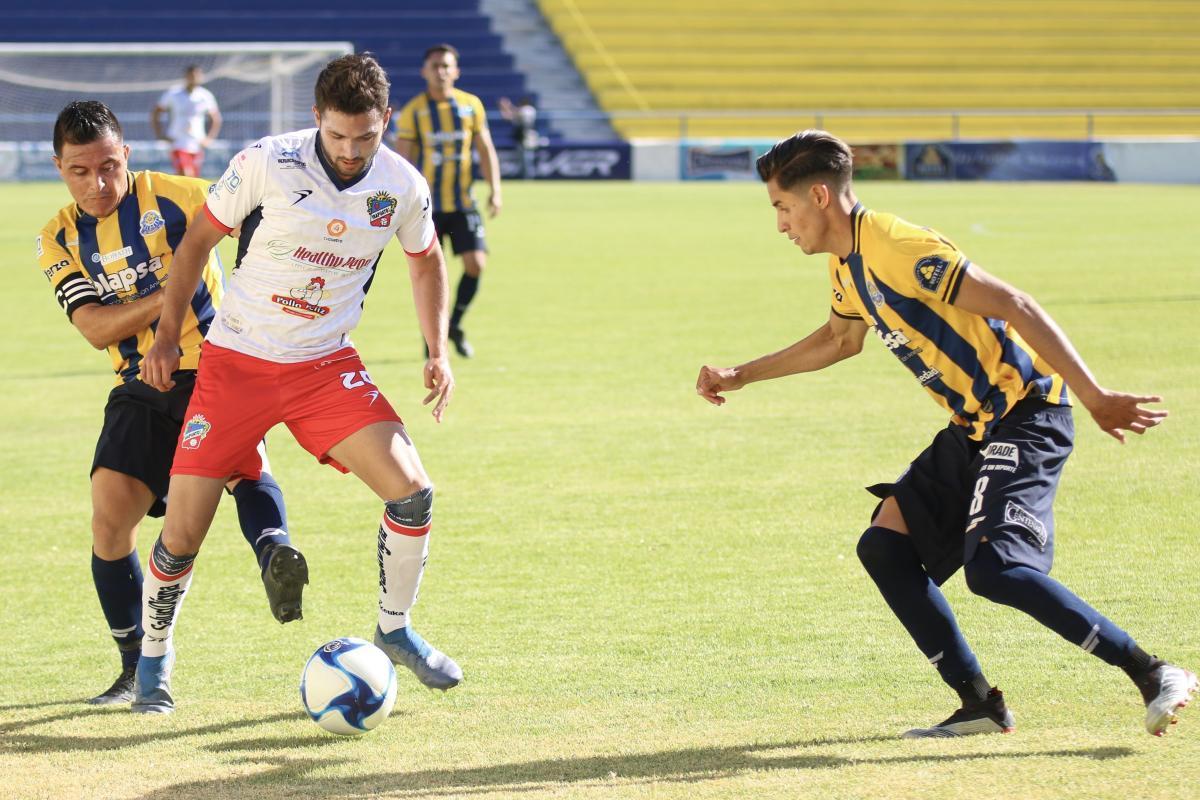 Omar González disputado por el esférico.